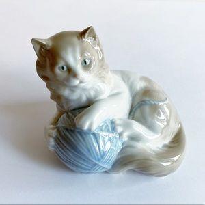 Nao Lladro Kitten Cat With Ball Of Yarn Figurine